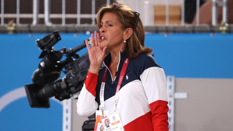 Hoda Kotb animando al equipo de gimnasia de EE. UU.