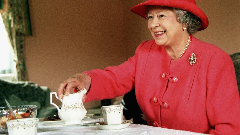 Reina Isabel bebiendo té