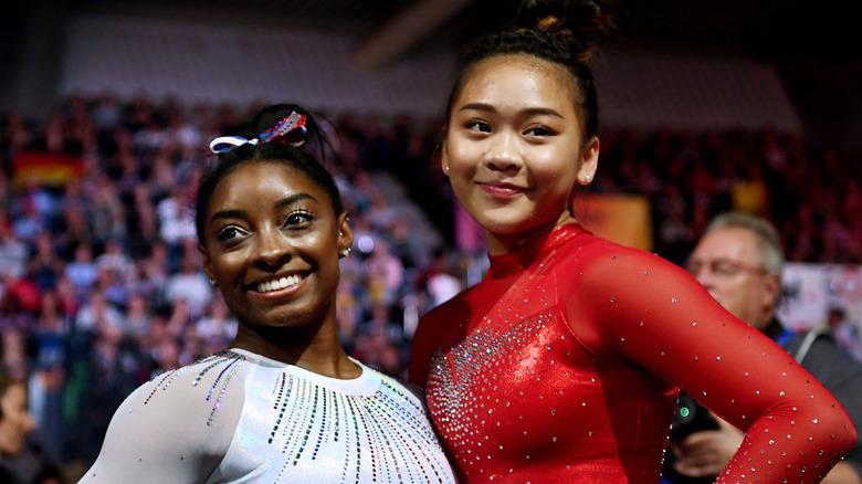 Simone Biles y Sunisa Lee sonriendo