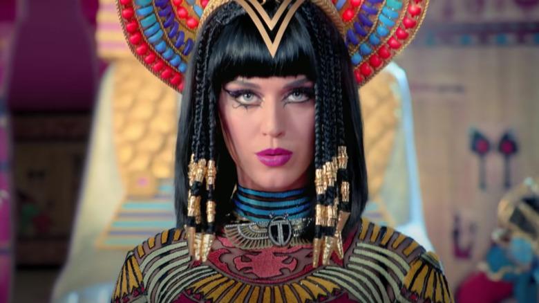 Katy Perry cantando en el video de Dark Horse
