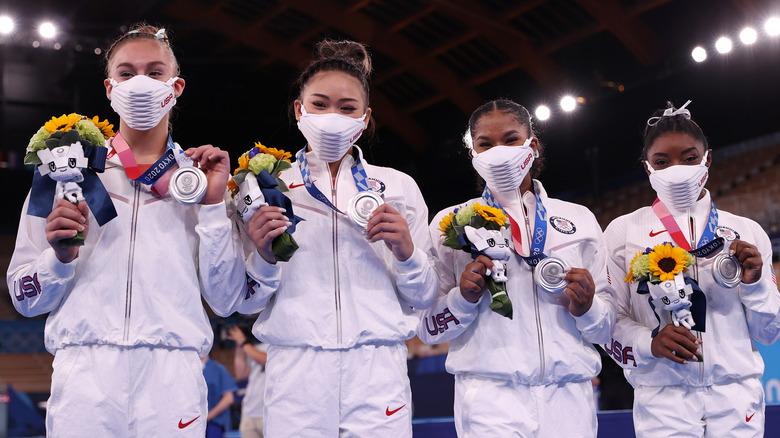 Grace McCallum, Sunisa Lee y Jordan Chiles y Simone Biles en los Juegos Olímpicos