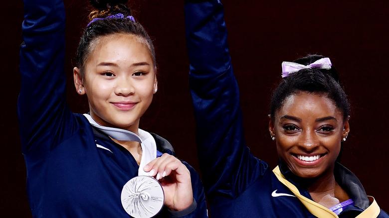 Sunisa Lee y Simone Biles sonriendo
