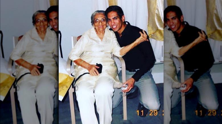 Amrit Kapai con su abuela, foto de época