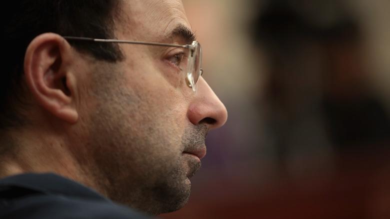 Larry Nassar escuchando declaraciones sobre el impacto de las víctimas