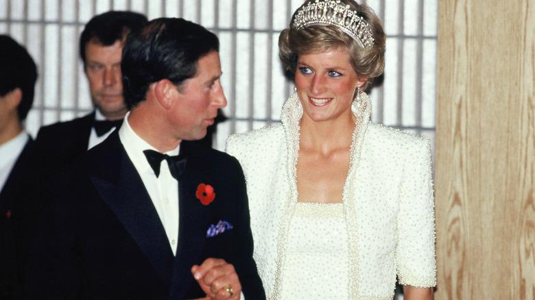 El príncipe Carlos y la princesa Diana sonriendo