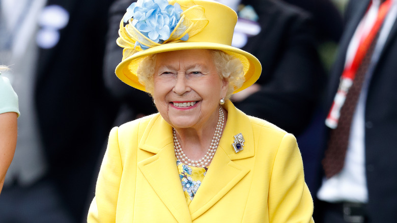 Traje amarillo de la reina Isabel