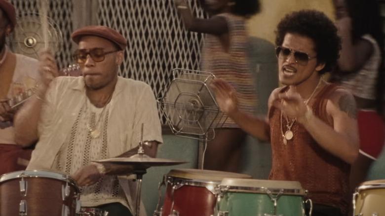 Silk Sonic (Anderson .Paak y Bruno Mars) interpretando en vivo.