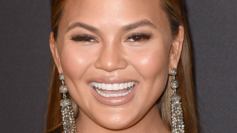 Chrissy Teigen sonriendo