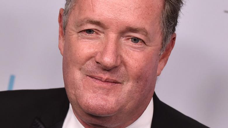 Piers Morgan posando