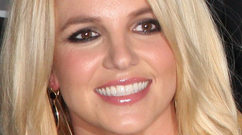 Britney Spears sonriendo y mirando hacia un lado
