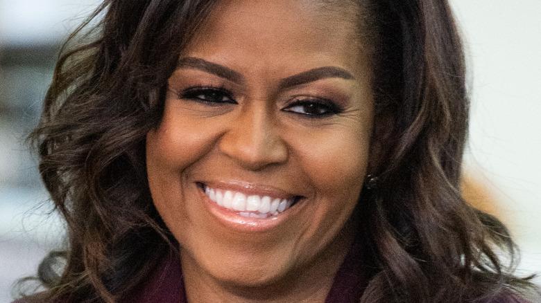 Michelle Obama sonríe en un evento