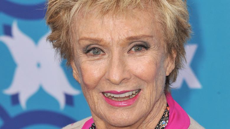 Cloris Leachman sonriendo