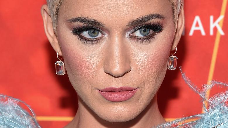 Katy Perry con expresión seria