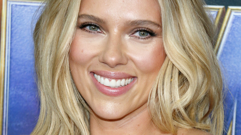 Scarlett Johansson sonríe en la alfombra roja
