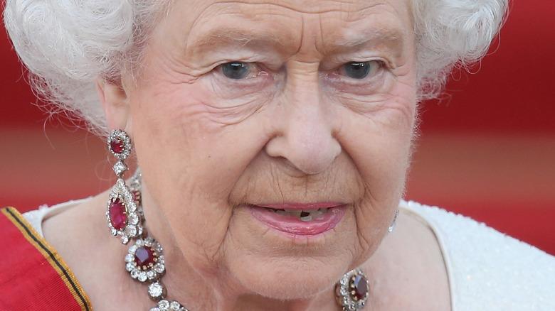 Reina Isabel, posando