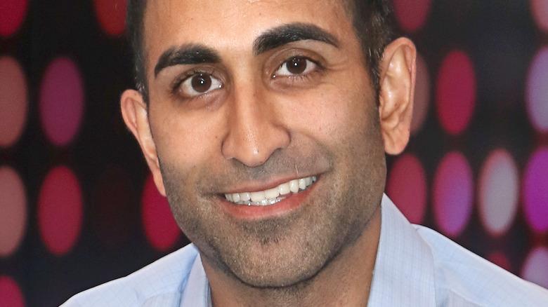 Vishal Parvani sonriendo en la alfombra roja