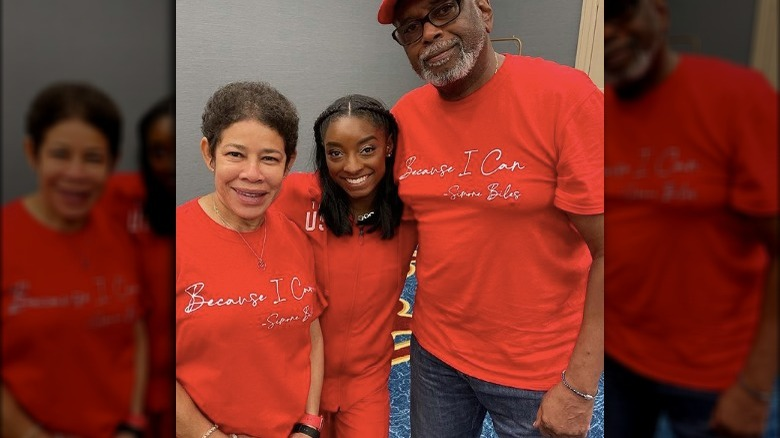 Simone Biles con sus padres