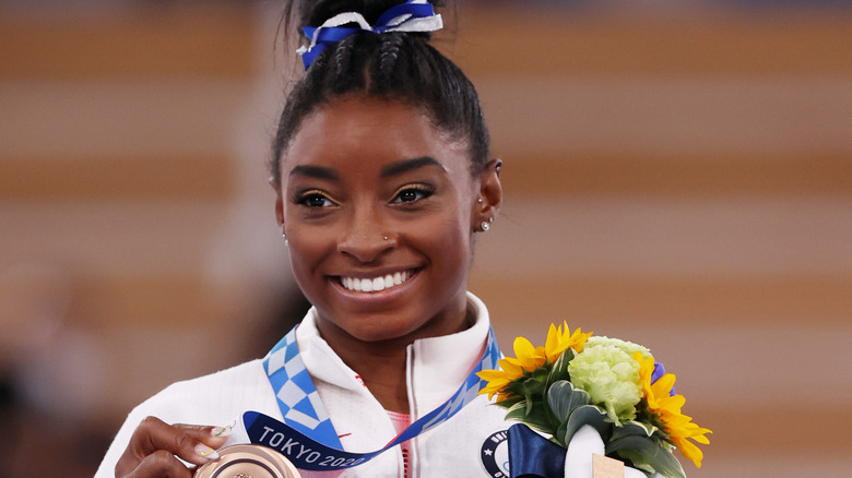 Simone Biles con su medalla de bronce
