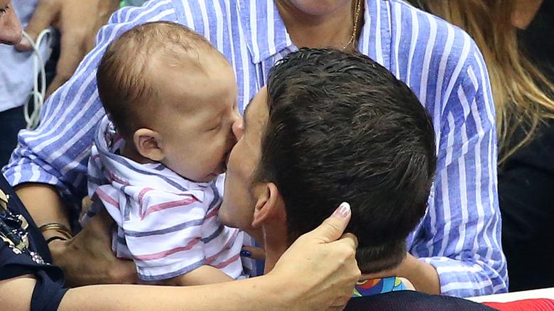 Michael Phelps besa a su hijo