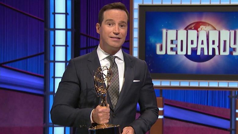 Mike Richards aceptando el premio Emmy