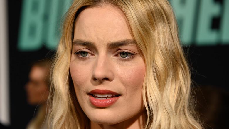 Margot Robbie mirando molesta por el evento