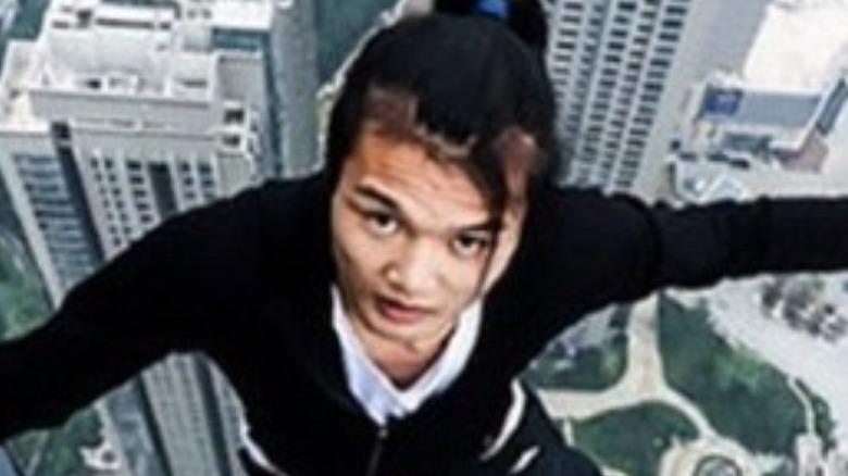 Wu Yongning en lo alto de un rascacielos