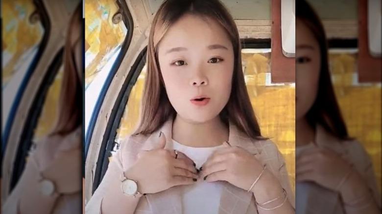 La estrella de TikTok Xiao Qiumei haciendo un video