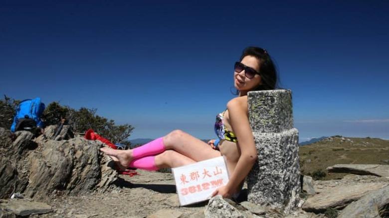 Gigi Wu en la cima de una montaña