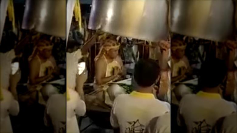 Lim Ba realizando su ardiente truco