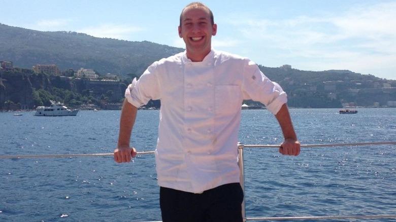 Chef Mathew Shea sonriendo en un yate