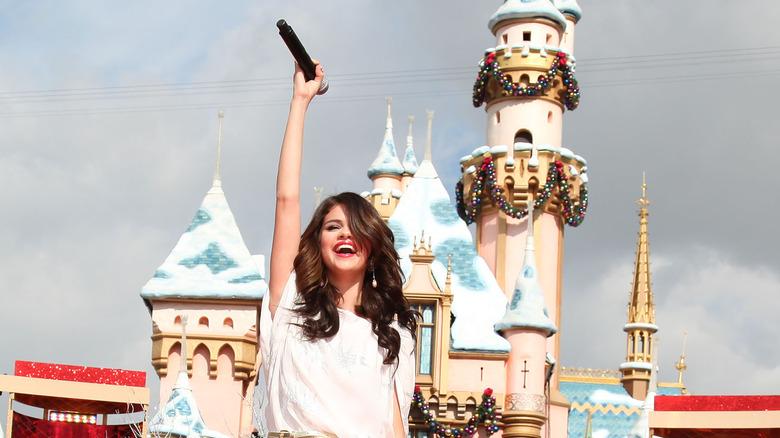 Selena Gomez actúa en Disneyland