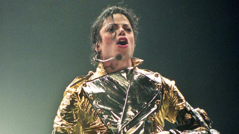 Michael Jackson actuando en el escenario
