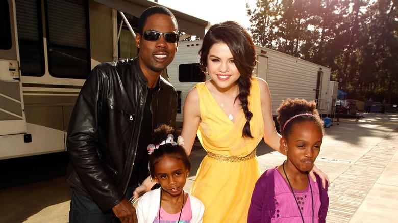 Selena Gomez con Chris Rock y sus hijas