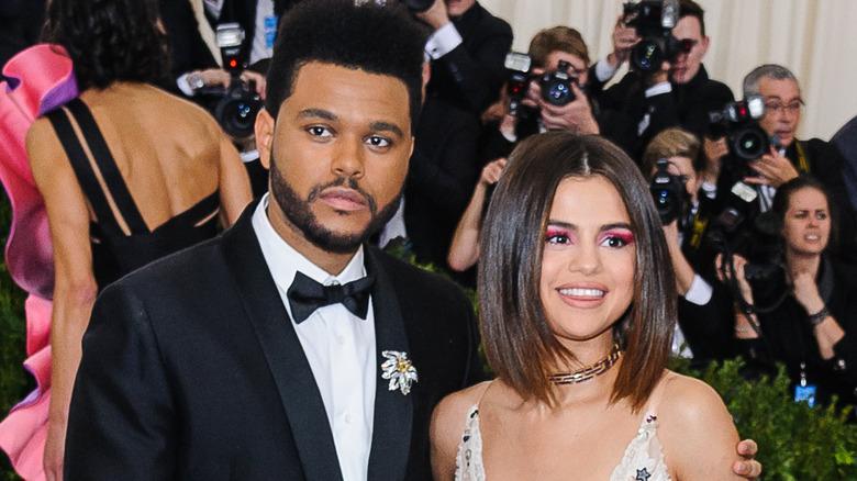 The Weeknd y Selena Gomez en la alfombra roja