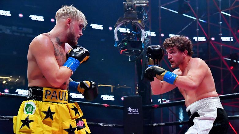 Jake Paul y Ben Askren peleando