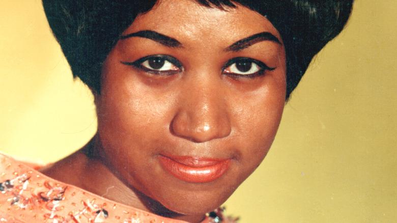 Aretha Franklin mirando al frente