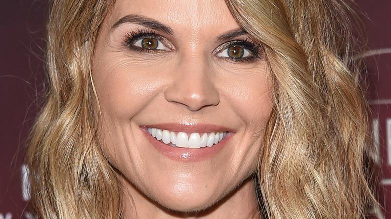 Lori Loughlin sonriendo ampliamente
