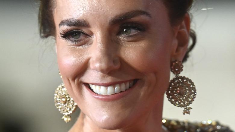 Kate Middleton sonríe en la alfombra roja