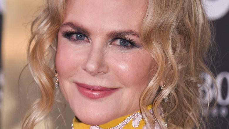 Nicole Kidman sonriendo levemente
