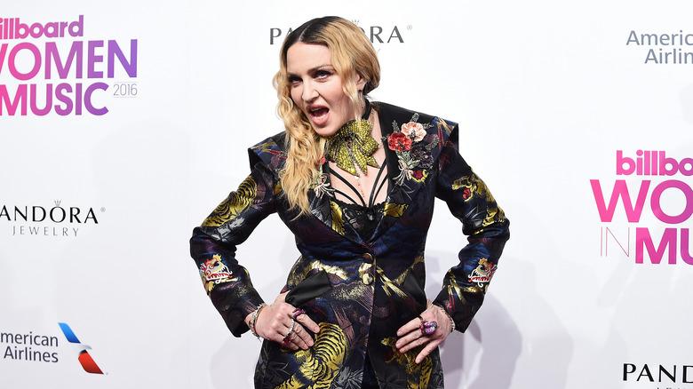 Madonna posando en la alfombra roja