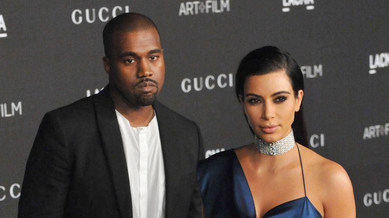 Kanye West y Kim Kardashian en la alfombra roja