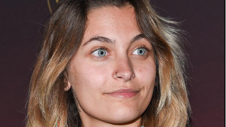 Paris Jackson mirando a los ojos azules de lado