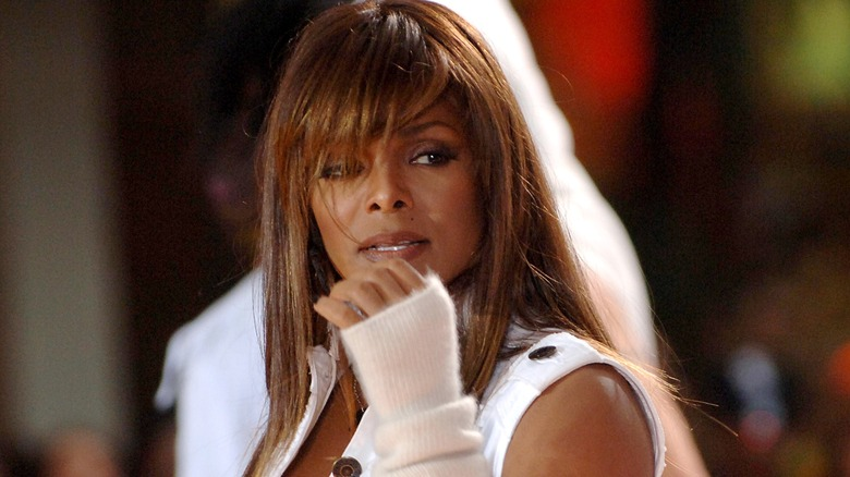 Janet Jackson actuando en el escenario