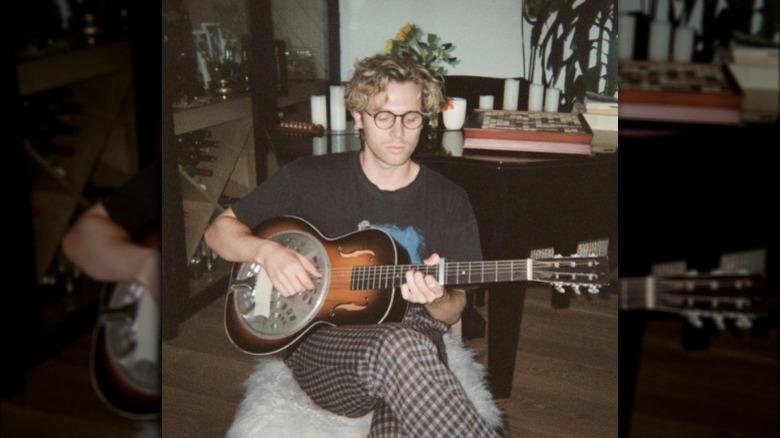 Luke Hemmings tocando la guitarra Instagram