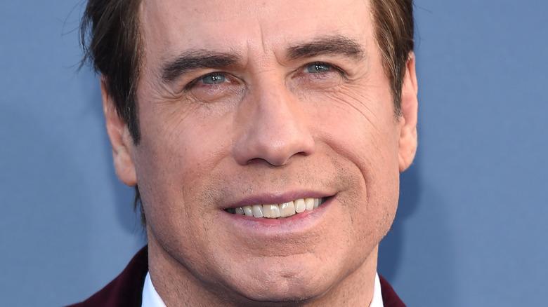 John Travolta sonríe en la alfombra roja