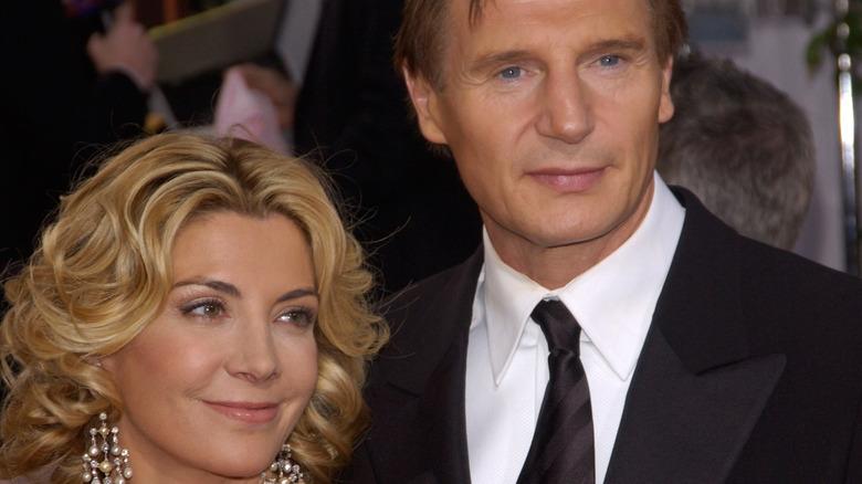 Natasha Richardson y Liam Neeson posando