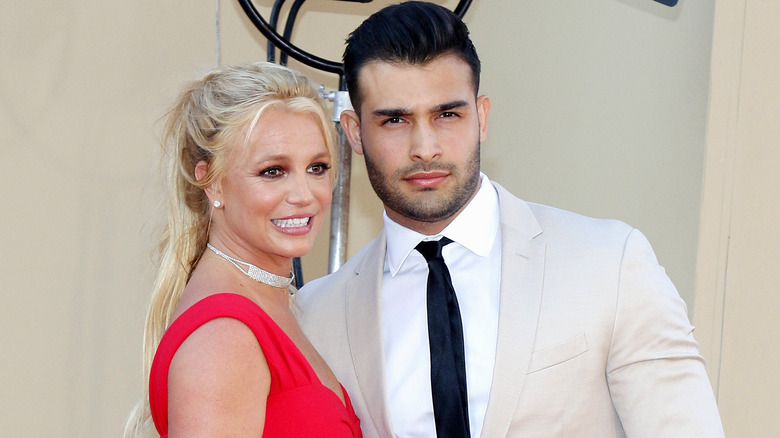 Britney Spears y Sam Asghari posando juntos
