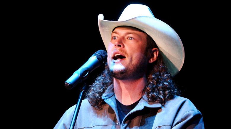 Blake Shelton actuando con sombrero blanco en 2003