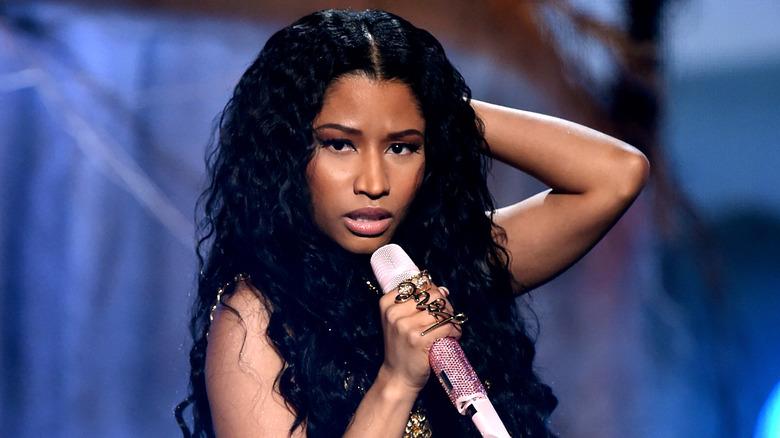 Nicki Minaj con cabello negro