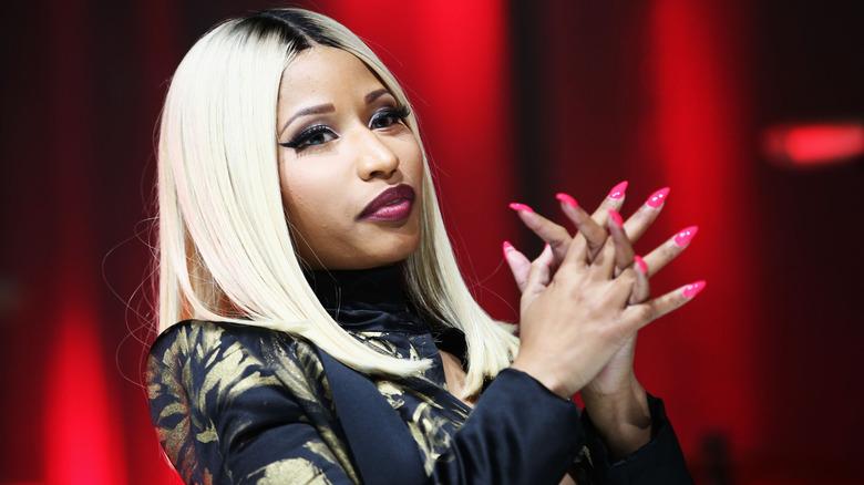 Nicki Minaj cruzando las manos